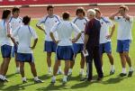 图文:西班牙队备战世界杯预选赛 聆听教练指导