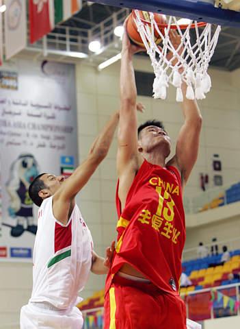 图文:亚锦赛中国男篮胜伊朗 姚明大力灌篮得手