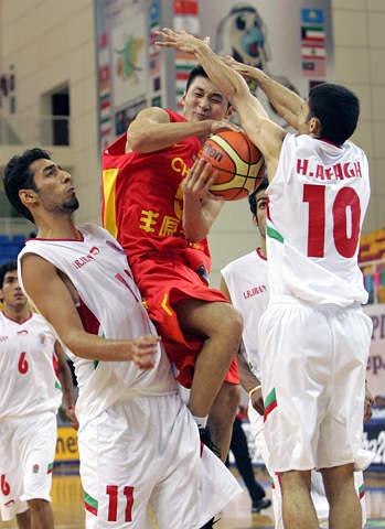 图文:亚锦赛中国男篮胜伊朗 刘炜遭到包夹防守