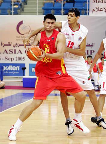 图文:亚锦赛中国男篮胜伊朗 姚明力抗伊朗巨人
