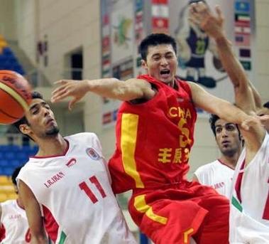 图文:亚锦赛中国男篮胜伊朗 刘炜奋勇突破分球
