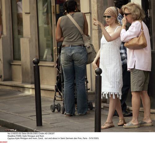 组图:凯莉-米洛街头购物 癌症术后神清气爽