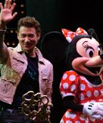 张学友获赠香港迪士尼乐园金钥匙