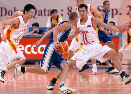 图文:中国男篮大胜乌兹
