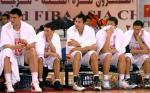 图文:中国男篮大胜乌兹 姚明与队友在场边观战