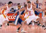 图文:中国男篮大胜乌兹 易建联在防守