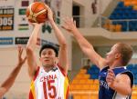 图文:中国男篮大胜乌兹 杜锋在比赛中投篮