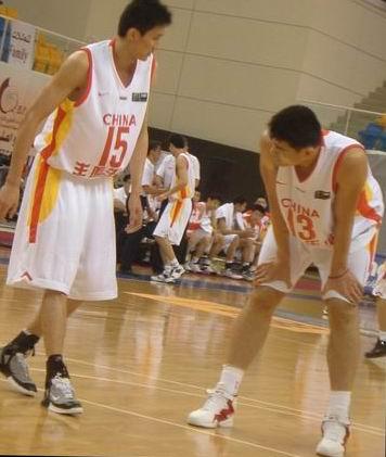 图文:中国男篮对阵日本 姚明场上与杜锋商量