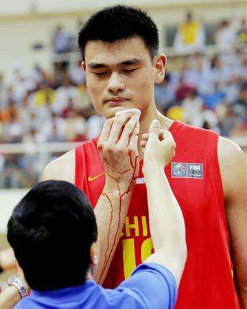 图文:中国男篮战胜黎巴嫩 队医为姚明处理伤口