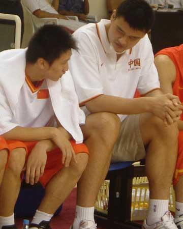 图文:中国男篮狂胜沙特 姚明场边和孙悦聊天