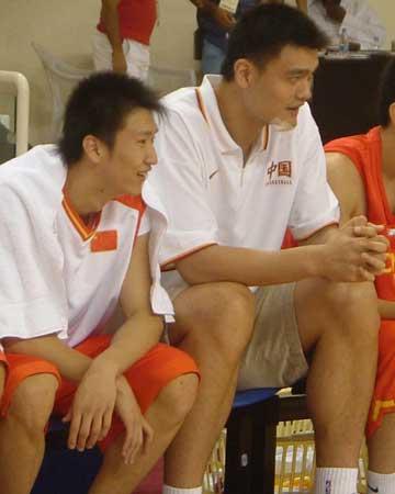 图文:中国男篮狂胜沙特 姚明场边轻松观战