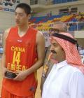 图文:中国男篮98-10沙特 唐正东收到生日礼物