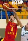 图文:中国男篮狂胜沙特 小将孙悦突破上篮