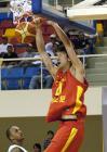 图文:中国男篮狂胜沙特 孙悦在比赛中扣篮得分