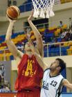 图文:中国男篮狂胜沙特 唐正东比赛中篮下强攻