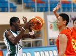 图文:中国男篮狂胜沙特 李楠防守对方球员