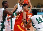 图文:中国男篮狂胜沙特 李楠遭到夹防