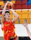 图文:中国男篮狂胜沙特 孙悦在比赛中投篮