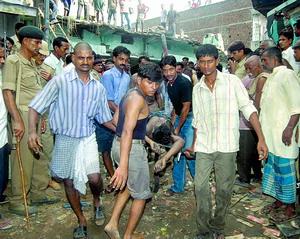 印度爆竹厂昨发生爆炸32人死 死者大部分是童工