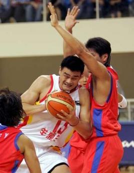 图文:中国男篮93-49胜韩国 姚明得球篮下强攻