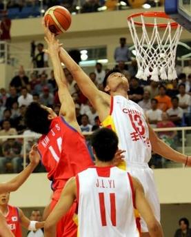 图文:中国男篮大胜韩国 姚明单手摘下篮板