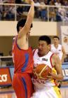 图文:中国男篮晋级亚锦赛决赛 李楠带球突破
