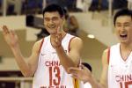 图文:中国男篮晋级亚锦赛决赛 姚明为队友鼓掌叫好