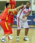 图文:中国男篮战胜黎巴嫩 姚明篮下强行进攻