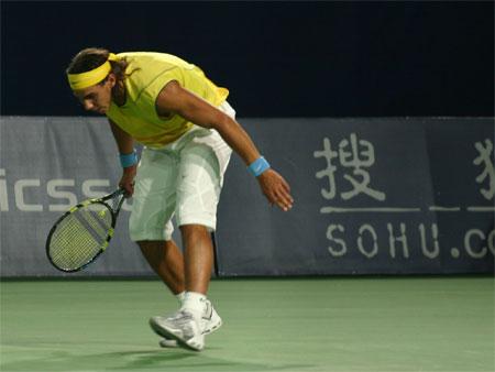 图文:中网开赛第八日 纳达尔险些摔倒