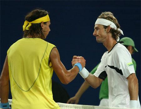 图文:中网开赛第八日 费雷罗与纳达尔握手