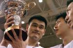 图文:中国男篮获得亚锦赛冠军 姚明高举奖杯