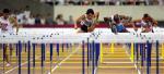 图文:上海田径大奖赛夺冠 刘翔在途中跨越栏架