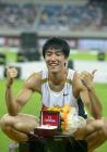图文:上海大奖赛夺冠 刘翔在颁奖仪式上