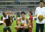 图文:上海大奖赛夺冠 颁奖仪式刘翔微笑