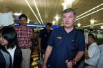 图文:中国男篮凯旋抵达上海 尤纳斯走出机场