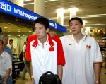 图文:中国男篮成员凯旋而归 孙悦张劲松偷笑