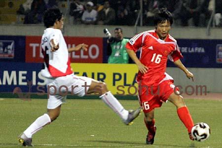 图文:世少赛-中国队1-0秘鲁 邓龙泉破边