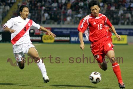 图文:世少赛-中国1-0战胜秘鲁 看台人浪