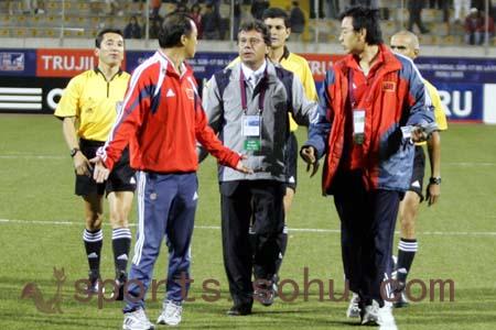 图文:世少赛-中国1-0秘鲁 主帅张宁抗议未果