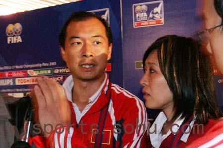 图文:世少赛-中国1-0秘鲁 张宁赛后接受采访