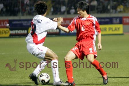 图文:世少赛-中国1-0秘鲁 中秘国少掰手腕