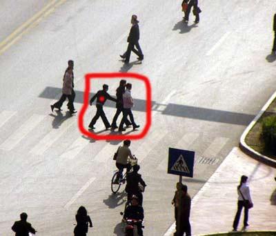 七旬老人路口被撞飞 监控录像拍下整个过程(图)