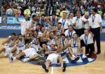 图文:希腊问鼎欧锦赛冠军 希腊球员集体庆祝