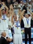 图文:希腊问鼎欧锦赛冠军 希腊球员手捧奖杯