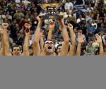 图文:欧锦赛希腊爆冷夺冠 基乌齐斯举起奖杯