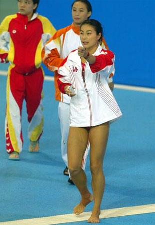 图文:十运女子三米板预赛 郭晶晶做热身准备