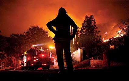 美加州南部大火蔓延 三千消防员救火数百人疏散图片