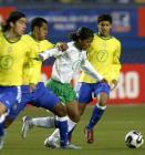 图文:墨西哥队夺得世青赛冠军 多斯桑托斯进攻