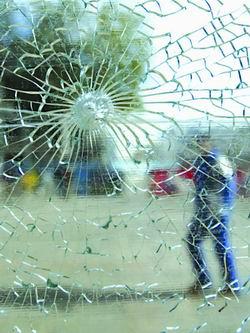 陈建华:用碎玻璃找出枪手(图)