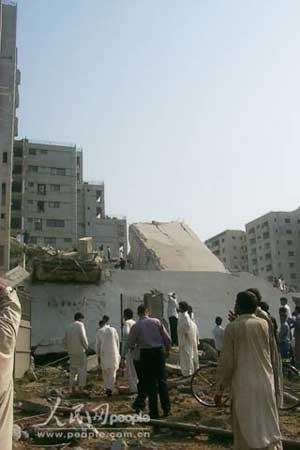 组图:伊斯兰堡一高层建筑在强震中整体倒塌